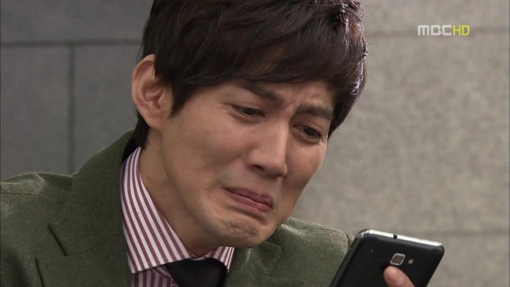 휴대폰 보면서 우는 보습  울음 울음 휴대폰 안습 안구에 습기 스마트폰 눈물