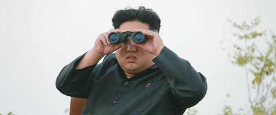 북한 김정은 인상 쓰면서 망원경 보는모습
