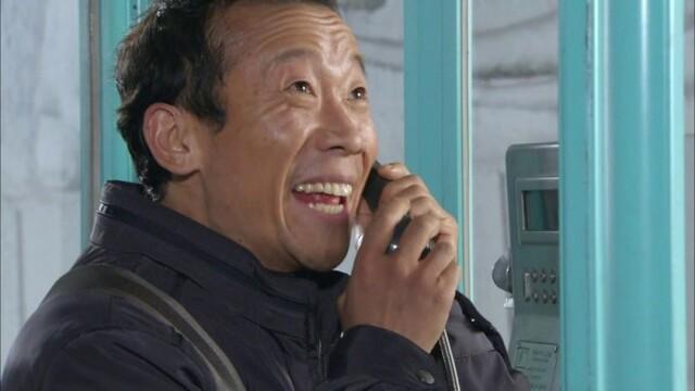 전화 공중전화 받는 모습 웃음 즐거움 해맑